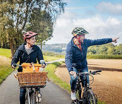 Zwei Personen fahren Fahrrad